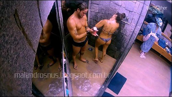 BBB18: Breno e Paula tomam banho juntos malandrosnus.blogspot.com.br